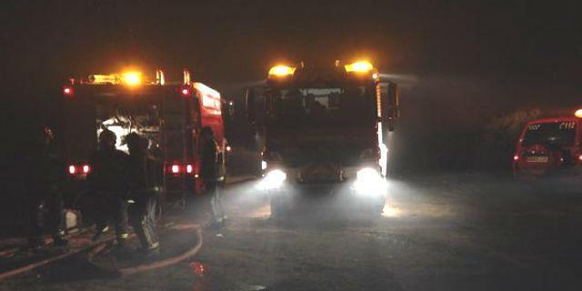 Un incendio arrasa dos naves industriales en la localidad madrileña de Aldea del Fresno