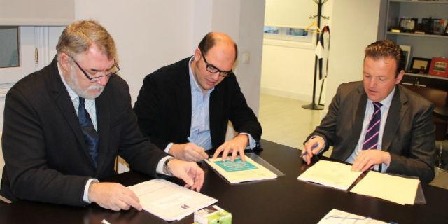 San Agustín firma el contrato para construir una piscina cubierta y un centro de raqueta