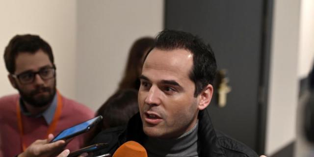 Aguado pide a Gabilondo que se situé en el lado correcto de la historia