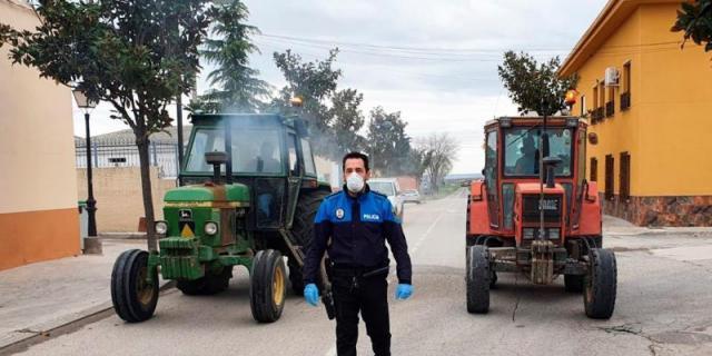 """Un policía local para los 3.500 vecinos de Villaconejos: """"Ayudo a cualquiera que lo necesite"""""""