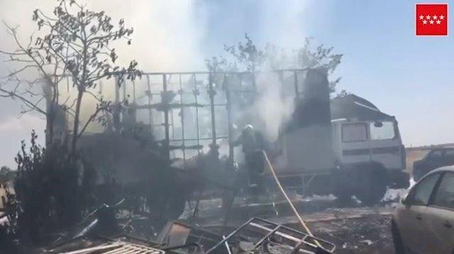 Dos intoxicados leves por el incendio de un camión en Torrejón de la Calzada