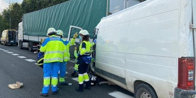 Dos heridos graves al empotrarse una furgoneta contra un camión en la A-4, en Pinto